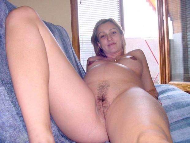 une femme enceinte montre sa chatte poilue