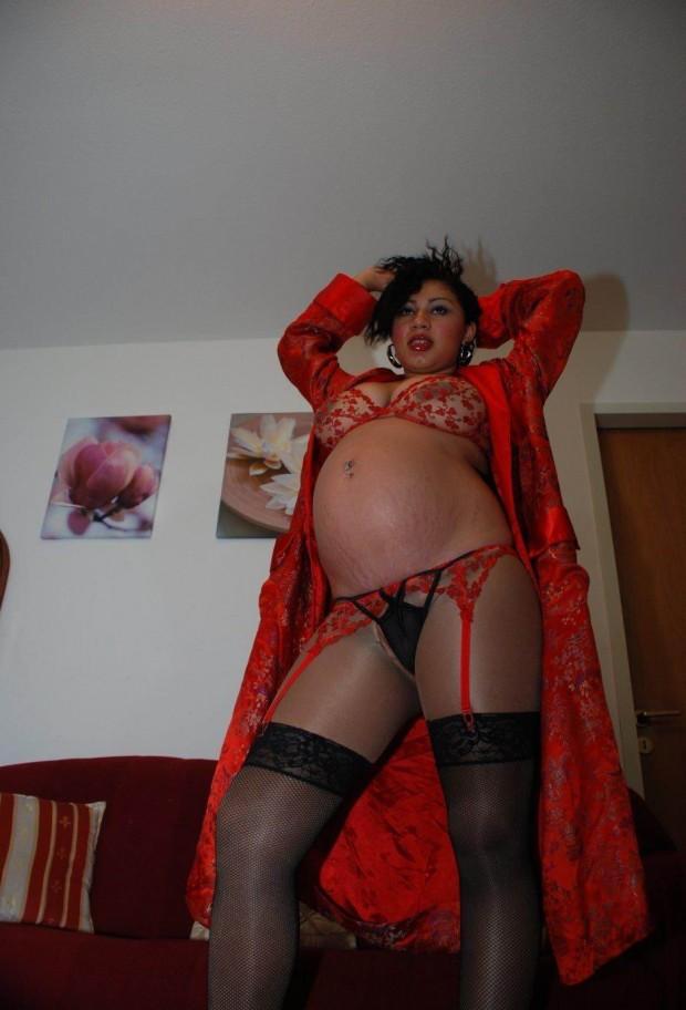 une femme enceinte exhibe ses dessous cochons
