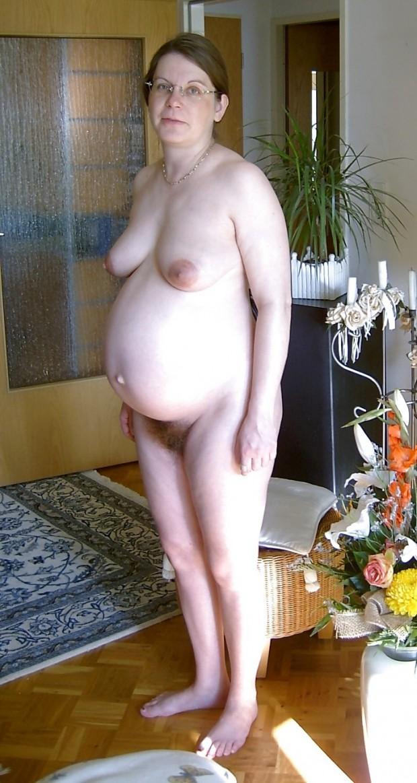 Une femme enceinte très poilue s'exhibe à poil