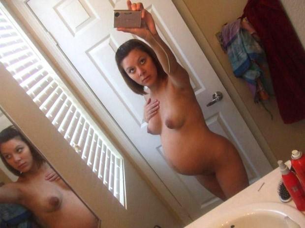 une jeunette enceinte s'exhibe nue