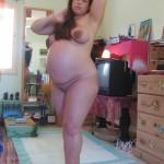 une femme ronde enceinte s'exhibe