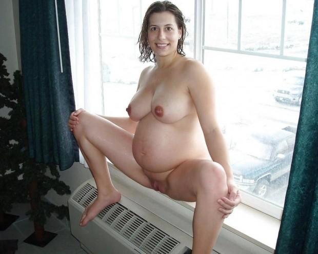 Une femme enceinte ouvre les cuisses
