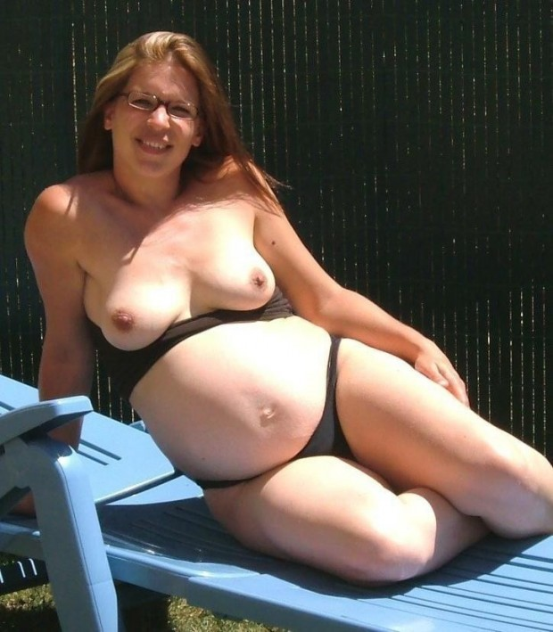 une femme enceinte topless