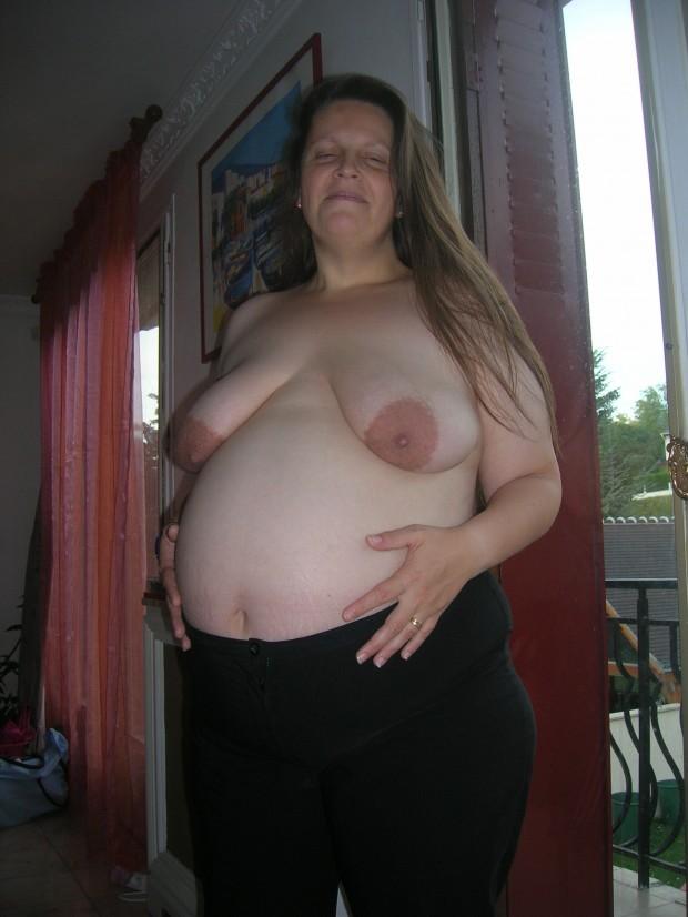 une femme enceinte est seins nus