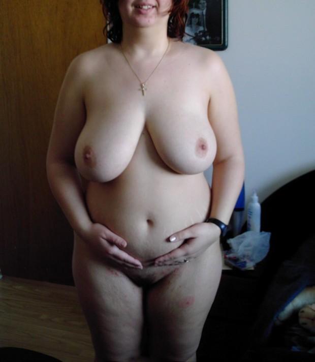 Les énormes seins d'une femme enceinte