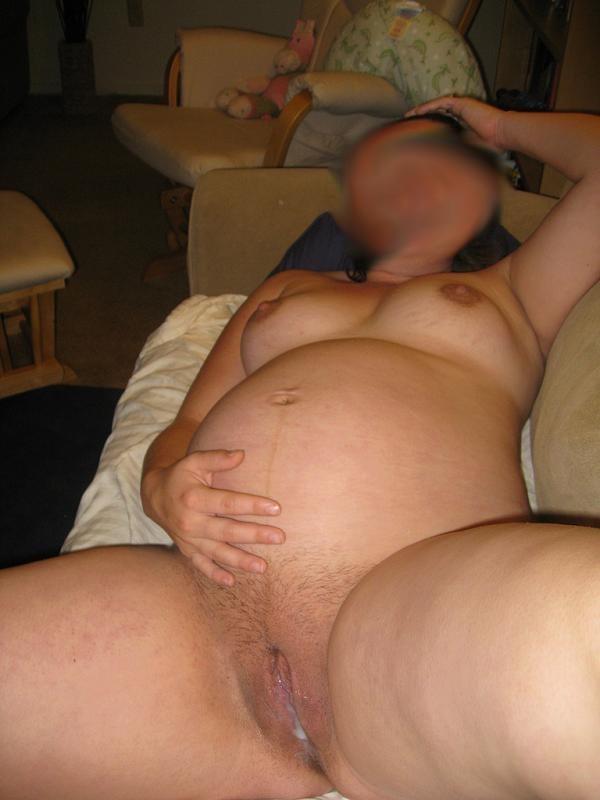 du sperme dans la chatte d'une amatrice enceinte