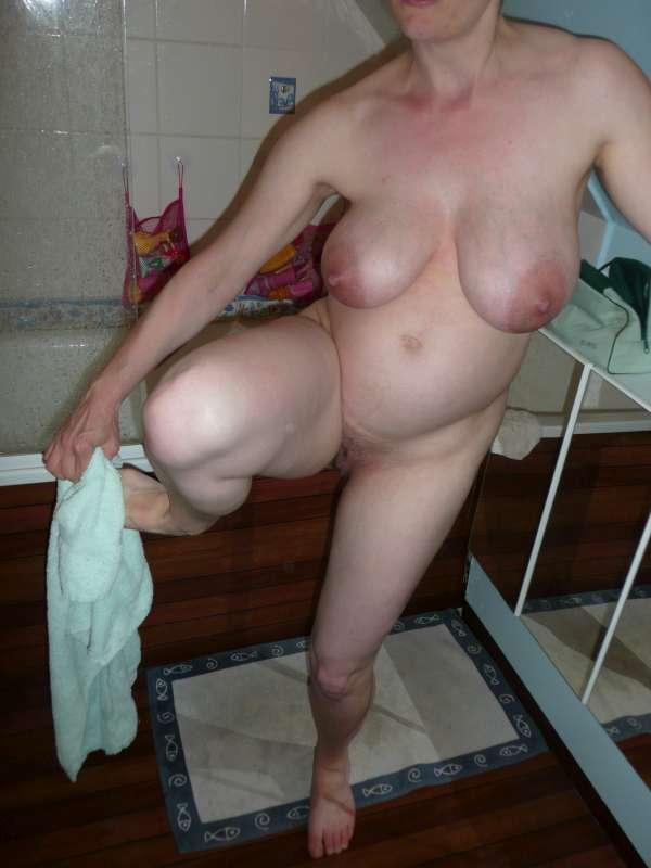 femme enceinte nue sort de la douche
