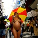 Femme enceinte nue en public