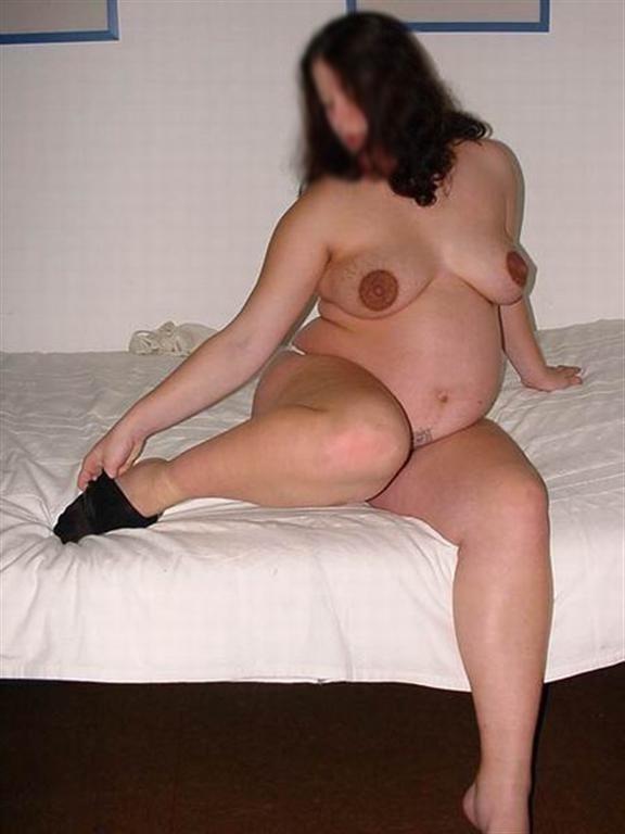 Femme enceinte se déshabille