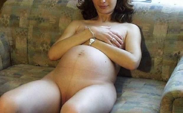 Jeune femme enceinte cache ses seins