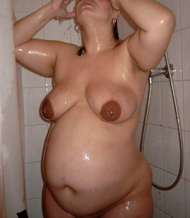 Amatrice enceinte sous sa douche