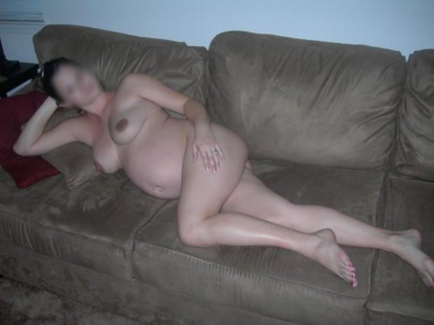 une femme enceinte nue sur le canapé