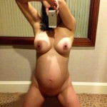 Selfie nu d'une femme enceinte